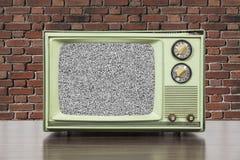 Grungy Zielona rocznik telewizja z ściana z cegieł i ładunku elektrostatycznego piargiem Zdjęcie Stock