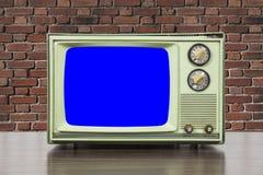 Grungy Zielona rocznik telewizja z ściana z cegieł i Chroma Kluczowym Błękitnym ekranem Zdjęcia Stock