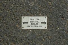 Grunt begravt underjordiskt tecken för elektriska kablar Fotografering för Bildbyråer