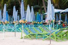 grunt fält för strandstolsdjup mycket Arkivfoton