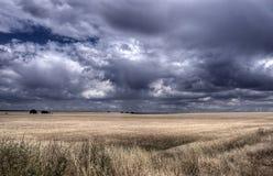Grunt orny suchy pole z burz chmur tworzyć Obrazy Royalty Free