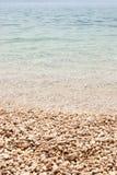 Grunt turkoshav på singelstranden, lodlinje Royaltyfri Foto