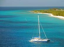 grunt vatten för catamaran royaltyfri fotografi