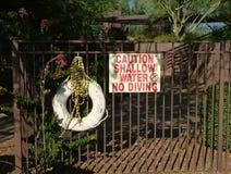 Grunt vatten för teckenvarning ingen dykning med den levande cirkeln Royaltyfri Bild