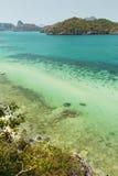 Grunt vatten och öar på Angthongen Marine National Park Royaltyfria Foton