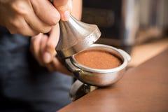gruntująca nakrętki kawa robienie ciec wodę Zdjęcie Royalty Free
