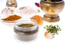 Gruntuje wysuszone zielarskie pikantność i pikantność w szklanym słoju zdjęcia stock