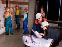 Grup biznesowych ludzie w budowniczego hełmie. Zdjęcia Stock