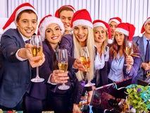 Grup biznesowych ludzie w Santa kapeluszu przy korporacyjnym Zdjęcia Stock