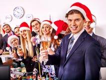 Grup biznesowych ludzie w Santa kapeluszu przy Xmas bawją się Fotografia Stock