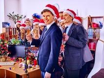 Grup biznesowych ludzie w Santa kapeluszu Xmas bawją się przy Obrazy Royalty Free