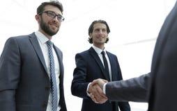 Grup biznesowych powitań partner z uściskiem dłoni Zdjęcia Royalty Free