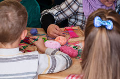 Grup dzieci uczą się wyplatać Obrazy Royalty Free