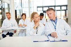 Grup lekarki w konwersatorium dla dalszy edukacji obraz stock