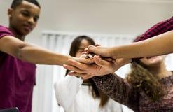 Grup uczących się kolega z klasy łączy ręki wpólnie Zdjęcia Royalty Free