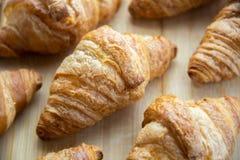 Grupa świezi piec croissants na drewnianej desce fotografia royalty free