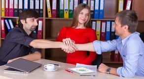 Grupa łączy ręki w Biurowym spotkaniu biznesmeni potwierdza transakcję Zdjęcia Royalty Free