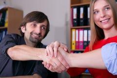 Grupa łączy ręki w Biurowym spotkaniu biznesmeni potwierdza transakcję Fotografia Stock