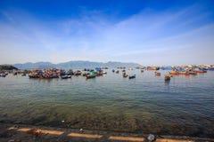 grupa łodzi rybackiej przejrzysta płytka woda na przedpolu Fotografia Stock