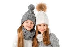 Grupa śliczni dzieciaki w zima ciepłych kapeluszach szalikach na bielu i Dziecko zima odziewa Zdjęcia Royalty Free