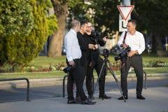 Grupa ślubni fotografowie na ulicach Budapest trzyma fotografii sesi dla kilka nowożeńcy Zdjęcia Stock