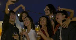 Grupa świętuje nowego roku i boże narodzenie festiwalu wpólnie przy lato dachem młodzi przyjaciele ma zabawę zbiory