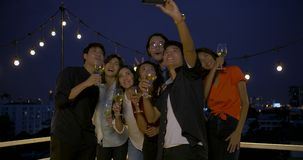 Grupa świętuje nowego roku i boże narodzenie festiwalu wpólnie przy lato dachem młodzi przyjaciele ma zabawę zbiory wideo