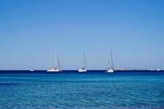 Grupa żeglowanie łodzie na błękitnym greckim morzu! Zdjęcia Stock