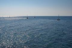 Grupa żegluje na morzu łodzie Obrazy Royalty Free