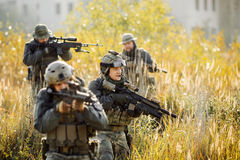 Grupa żołnierze angażował w eksploracja terenie Zdjęcia Stock