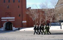 Grupa żołnierze chodzi w Moskwa Kremlin Zdjęcia Stock