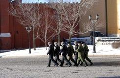 Grupa żołnierze chodzi w Moskwa Kremlin Zdjęcie Stock