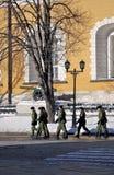 Grupa żołnierze chodzi w Moskwa Kremlin Obrazy Stock