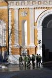 Grupa żołnierze chodzi w Moskwa Kremlin Zdjęcia Royalty Free