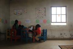 Grupa afrykańscy dzieci studiuje biurkiem w wiejskim Swaziland Obrazy Stock