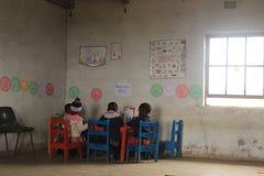 Grupa afrykańscy dzieci studiuje biurkiem w wiejskim Swaziland Zdjęcie Stock