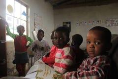 Grupa afrykańscy dzieci studiuje w szkole w wiejskim Swaziland Zdjęcie Stock