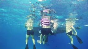 Grupa akwalungów nurkowie wchodzić do podwodną jamę Czerwony Morze, Egipt zbiory