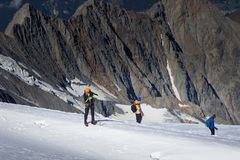 Grupa alpiniści wspina się wierzchołek nakrywająca góra zdjęcia stock