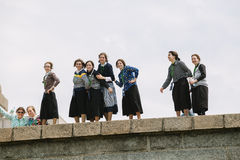 Grupa Amish młode kobiety odwiedza statuę wolności Fotografia Stock