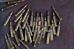 Grupa amunicje na rdzewiejącym metalu tle Fotografia Royalty Free