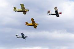 Grupa Antonov An-2 biplanów latać Zdjęcia Stock