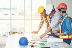 Grupa architekci i inżyniery dyskutują budowę Zdjęcie Stock