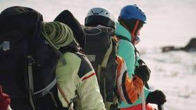 Grupa arywiści opowiada po drodze i śmia się iść puszek na śnieżnym wzgórzu, mieć zabawę zdjęcie wideo