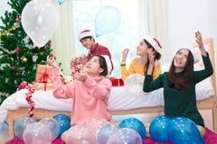 Grupa Azjatyccy ludzie rzuca balony dla świętować boże narodzenia i nowego roku Wakacje i przyj?cia poj?cie fotografia stock