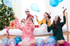 Grupa Azjatyccy ludzie rzuca balony dla świętować boże narodzenia i nowego roku Wakacje i przyj?cia poj?cie obrazy royalty free