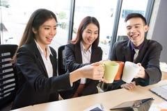 Grupa Azjatycki biznes świętuje Zdjęcie Stock