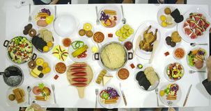 Grupa azjatykci ludzie wznosi toast przy stołem wpólnie i świętuje boże narodzenia z wyśmienicie posiłkiem przy nowego roku przyj zbiory
