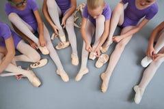 Grupa baleriny stawiać na kapciach, odgórny widok Obraz Stock