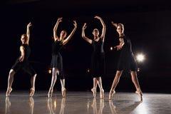 Grupa baleriny tanczy na scenie przeciw czarnemu t?u zdjęcia stock